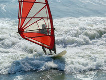 Ressaca vermelha do branco da vela do Windsurfer Imagens de Stock Royalty Free
