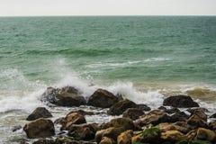 Ressacs écrasant sur des roches Photo libre de droits