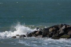 Ressacs écrasant sur des roches photographie stock libre de droits