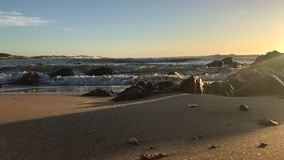 Ressacs écrasant sur la plage banque de vidéos