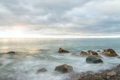 Ressacs au lever de soleil - Long-exposition Photo stock