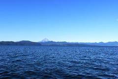 Ressacs avec un volcan sur l'horizon Image stock