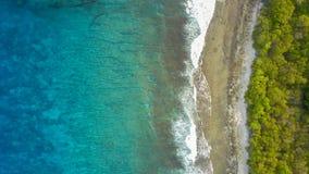 Ressacs bleus clair comme de l'eau de roche photographie stock