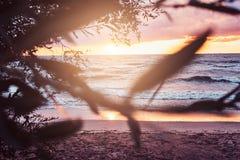 Ressacs, ciel nuageux stupéfiant, beau coucher du soleil photos stock