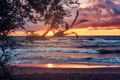 Ressacs, ciel nuageux stupéfiant, beau coucher du soleil photographie stock libre de droits