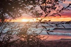 Ressacs, ciel nuageux stupéfiant, beau coucher du soleil image libre de droits