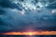 Ressacs, ciel nuageux stupéfiant, beau coucher du soleil photos libres de droits