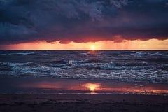 Ressacs, ciel nuageux stupéfiant, beau coucher du soleil image stock