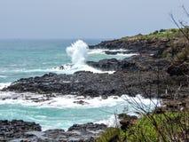 Ressacs d'Hawaï sur la côte de roche volcanique images libres de droits