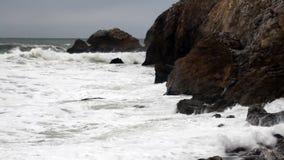 Ressacs de mouvement lent frappant le rivage Pacifica California banque de vidéos