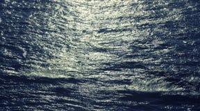 Ressacs et la surface de l'eau au coucher du soleil Images libres de droits