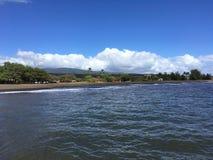 Ressacs Pacifiques avec la saleté de la rivière de Waimea du canyon de Waimea à la plage de Waimea sur l'île de Kauai en Hawaï Images stock