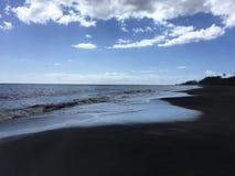 Ressacs Pacifiques avec la saleté de la rivière de Waimea du canyon de Waimea à la plage de Waimea sur l'île de Kauai en Hawaï Images libres de droits