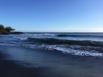 Ressacs Pacifiques avec la saleté de la rivière de Waimea du canyon de Waimea à la plage de Waimea sur l'île de Kauai en Hawaï Photo libre de droits