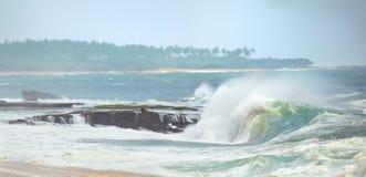 Ressacs roulant sur le rivage Image libre de droits