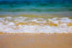 Ressacs se brisant dans le rivage Photo stock
