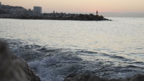 Ressacs se brisant sur les roches dans le coucher du soleil 120fps clips vidéos