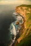 Ressacs se cassant sur les roches au pied d'un clif de montagne Photos libres de droits