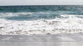Ressacs sur appareil-photo Santa Monica California de plage de sable le bas banque de vidéos