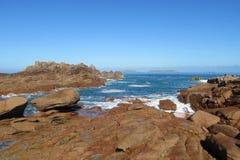 Ressacs sur la côte rocheuse Images stock