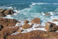 Ressacs sur la côte rocheuse Photographie stock libre de droits