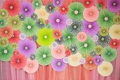 Ressembler de papier de couleur d'origami au coup ou à la fan de cercle au mur décoré photo libre de droits