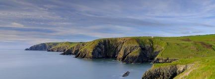 """Ressort égalisant la lumière roses de mer sur épargne """"dans la baie de Ceibwr, Pembroke, Pays de Galles images libres de droits"""