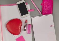 Ressort Amour La vie toujours des articles roses sur le bureau Photo stock