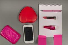 Ressort Amour La vie toujours des articles roses sur le bureau Photographie stock libre de droits