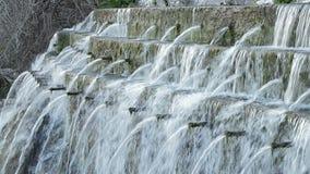Ressort d'eau naturel avec les tuyaux multiples expulsant l'eau dans la naissance d'une rivière banque de vidéos
