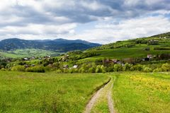 Ressort dans les montagnes image libre de droits