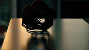 Ressort de jouet de recul sur la table banque de vidéos