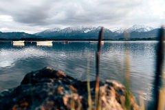 Ressort de montagnes de la Bavière de hopfensee de pêche de tempête de lac Image libre de droits