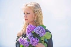 Ressort de rassemblement avec le bouquet frais Parfum d'offre de fleurs C?l?brez le ressort avec le bouquet Bouquet pour l'amie M photographie stock