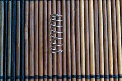 Ressort en acier avec des crochets sur le fond en bois Images libres de droits