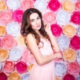 Ressort et concept d'été - portrait de la jeune belle femme OV Image stock