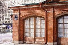 Ressort extérieur de bâtiment de Sankt-Pétersbourg de mur de briques de fenêtres de lumière du soleil historique d'arbres Photographie stock