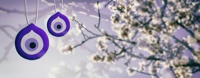 Ressort fleurissant, oeil mauvais Charmes de bonne chance et amande ou cerisier fleurissant, bannière illustration 3D illustration libre de droits