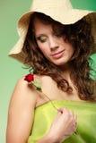 Ressort ou été. Fille de jeune femme dans le chapeau tenant la fleur de rose de rouge Photos libres de droits