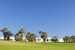 Ressource de golf avec des manoirs sur la côte photos libres de droits