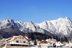 Ressource de l'hiver avec des montagnes à l'arrière-plan Photo libre de droits