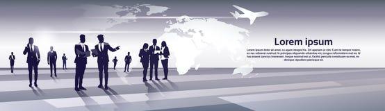 Ressources de Team Silhouette Businesspeople Group Human d'affaires au-dessus de concept de vol de voyage de carte du monde Photo stock