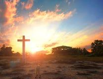 Ressurreição do conceito de Jesus Christ: Cordeiro do deus na frente da cruz de Jesus Christ no fundo do nascer do sol fotos de stock royalty free