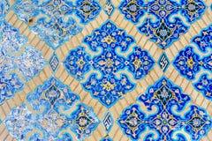 Rest av de dekorerade blåa mosaiktegelplattorna på väggen inom av blå moské i Tabriz Östligt Azerbajdzjan landskap iran fotografering för bildbyråer