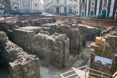 Rest av den romerska amfiteatern i den historiska mitten av Catania, Sicilien ö, Italien Arkivfoton