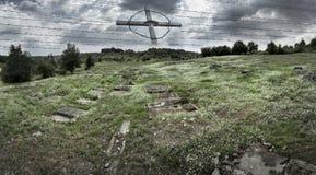 Rest av den tidigare tyska koncentrationsläger Plaszow med symboler av lidande - som är argt och förses med en hulling - tråd royaltyfri bild