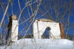 Rest av ett förstört hus på ett berg royaltyfria bilder