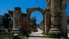 Rest av forntida kolonner på den Al Mina utgrävningplatsen, däck, Libanon Arkivbilder