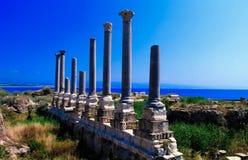 Rest av forntida kolonner på den Al Mina utgrävningplatsen i däcket, Libanon royaltyfri bild