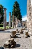 Rest av kolonner på huset av faun i Pompeii Italien Po Arkivfoton